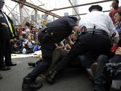 Agentes del Departamento de Policía de Nueva York proceden a detener a los activistas.jessica rinaldi / reuters