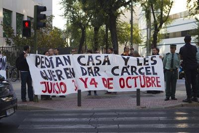 Amigos y familiares de los encausados protestan ante la sede de los juzgados. -