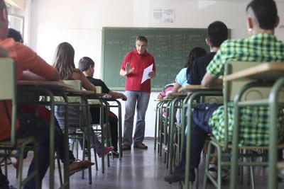 Un profesor de Secundaria da clase en un instituto de Madrid.