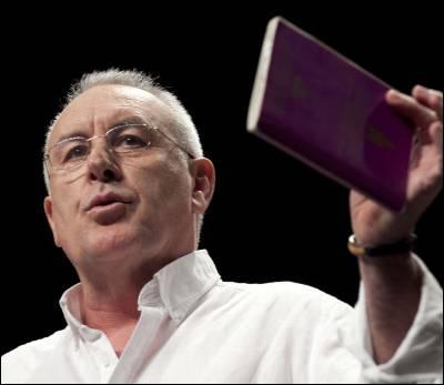 Cayo Lara, ayer, cuando blandió un ejemplar de la Constitución, durante su discurso de clausura en el Auditorio Marcelino Camacho de Madrid.