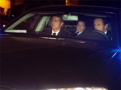 Berlusconi sale de la reunión con Napolitano. AP