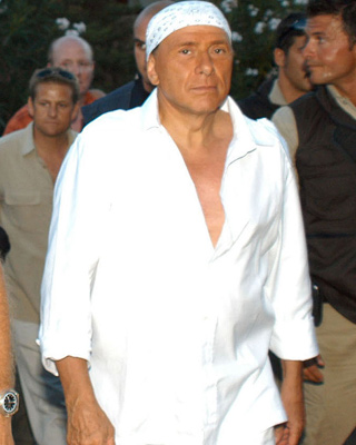 Berlusconi recibió así a Blair tras un implante de pelo. EFE