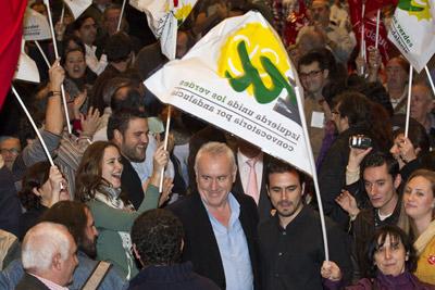 Cayo Lara y Alberto Garzón, a su izquierda, ayer a su entrada al mitin de IU en el auditorio del Palacio de Congresos de Málaga. DANIEL PÉREZ