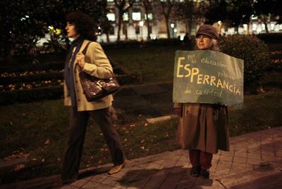 Una manifestante protesta contra los recortes educativos emprendidos por la Comunidad de Madrid. reuters