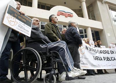 Un grupo de dependientes valencianos protestó ayer ante la sede autonómica del PP. -
