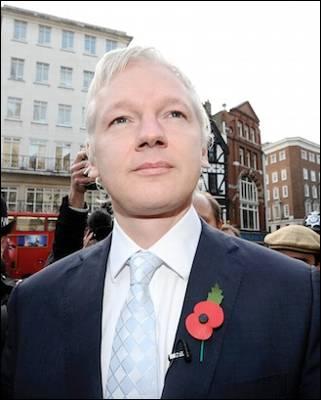 Julian Assange, fundador de WikiLeaks, a su llegada al Tribunal de Londres donde se ha decidido el vía libre a su extradición a Suecia. Reuters