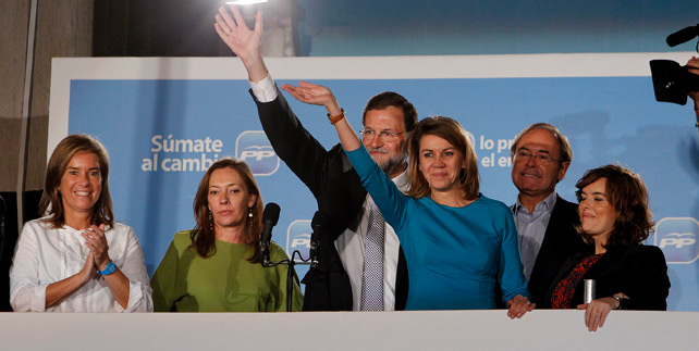 El candidato ganador, Mariano Rajoy, en el balcón de la calle Génova, acompañado por su mujer y por varios dirigentes del PP. - ÁNGEL NAVARRETE / MÓNICA PATXOT