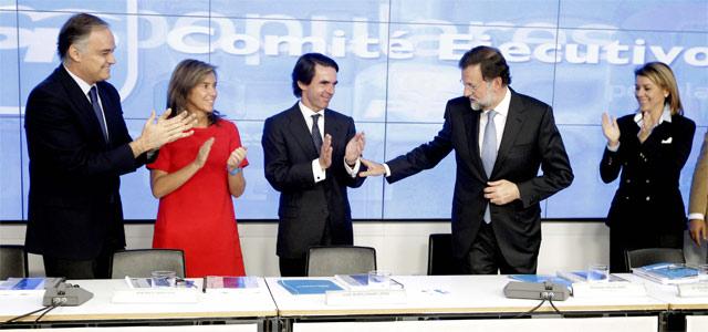 Pons, Mato, Aznar y Cospedal aplauden a Rajoy durante el Comité Ejecutivo Nacional del PP celebrado este lunes. EFE