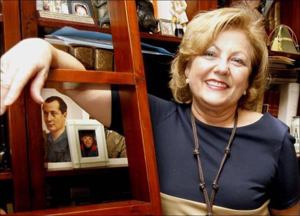 María Dolores Bolarín posa junto al retrato de Primo de Rivera.