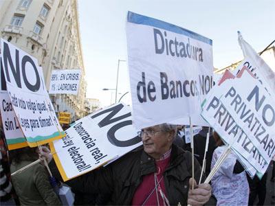 Un hombre rodeado de pancartas durante la marcha