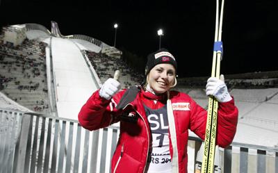 La noruega Anette Sagen posa sonriente, con un trampolín al fondo.-AFP