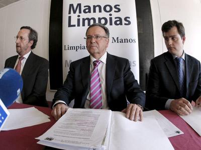 El fundador de Manos Limpias, Miguel Bernad (c).-