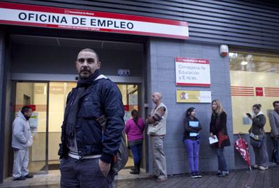 Pepe Ceron, designer gráfico, na saída de um escritório de emprego em Madrid.  Reyes sedano