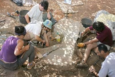 Trabajos de excavación para localizar restos de dinosaurios en el pueblo burgalés de La Revilla. EFE/Archivo