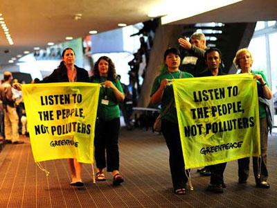 Activistas de Greenpeace protestan durante la Cumbre del Clima en Durban.-SHAYNE ROBINSON (AP)