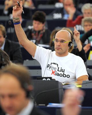 Romeva vota en una sesión de la Eurocámara.