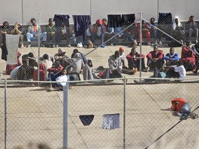 Inmigrantes en el patio del Centro de Internamiento para Extranjeros (CIE) de Hoya Fría (Tenerife), en 2007.