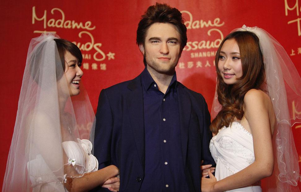 El actor Robert Pattinson ya tiene su réplica en el Madame Tussauds de Shanghái. Su réplica a la manera en la que los chinos copian bolsos de Chanel en plástico, por ejemplo. De las dos muchachas que se agarran a la figura del vampiro Edward vestidas de novia no me pregunten, porque no sé nada; sólo que dan más miedo que Crepúsculo.