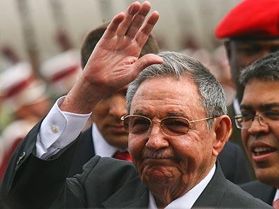 El vicepresidente de Venezuela, Elías Jaua (2d), recibe al presidente de Cuba, Raúl Castro (2i) a su llegada a Caracas. EFE