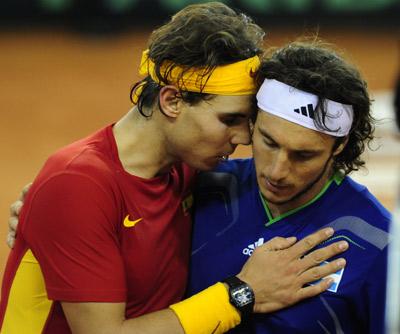 Nadal y Mónaco se saludan tras el primer partido de la final. afp