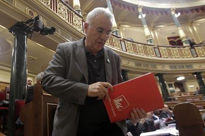 Cayo Lara, dirigiéndose a la tribuna de oradores del Congreso, ayer durante el debate de investidura de Mariano Rajoy. MARTA JARA