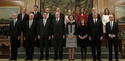 El nuevo Gabinete de Mariano Rajoy, en su primera foto de familia, junto a los reyes, tras jurar sus cargos en la Zarzuela.-