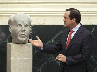 El expresidente del Congreso, José Bono, colocó el busto de Azaña en el vestíbulo principal del Congreso. EFE