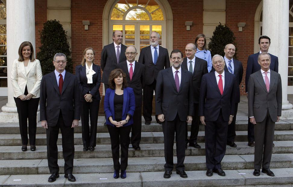 La tradicional foto de familia en la escalinata del Palacio de La Moncloa con Mariano Rajoy en el centro y el resto de sus trece ministros.