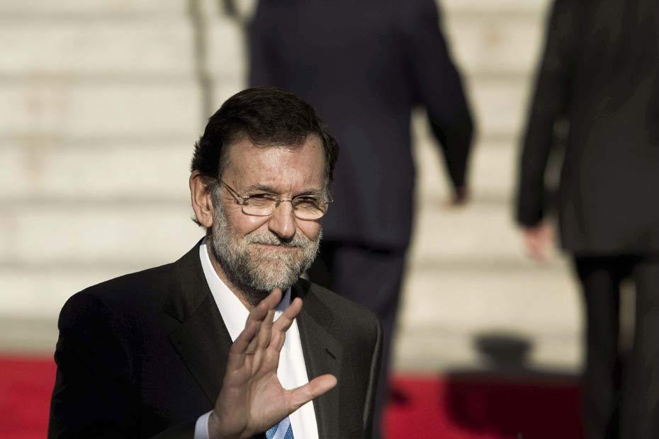 El presidente del Gobierno, Mariano Rajoy saluda a su salida del solemne acto de apertura de la X legislatura.