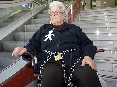 Una anciana se encadena en una sucursal bancaria tras ser for Oficinas bbva almeria