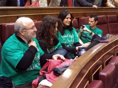 Imagen de cuatro de los ciudadanos que han entrado al hemiciclo con la camiseta verde.-PIERRE