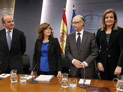 Soraya Sáenz de Santamaría (2i), junto a los ministros de Economía, Luis de Guindos (i); de Empleo y Seguridad Social, Fátima Báñez, y Hacienda, Cristóbal Montoro. EFE