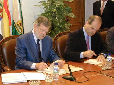 Ibarra y Manuel Chaves firman el protocolo de desarrollo de Linex, en 2003.-