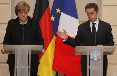 Ángela Merkel y Nicolas Sarkozy durante la rueda de prensa que ofrecieron ayer en París.
