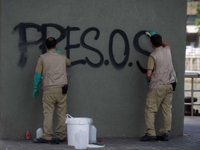Trabajadores de mantenimiento borran pintadas a favor de los presos de ETA en Bilbao el pasado verano.-HUMBERTO BILBAO