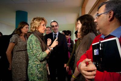 La presidenta de Madrid, Esperanza Aguirre, ayer, con los nuevos profesores del IES San Mateo. gabriel pecot