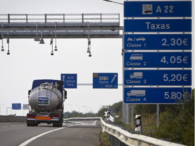 Un camión atraviesa la frontera entre España y Portugal.-