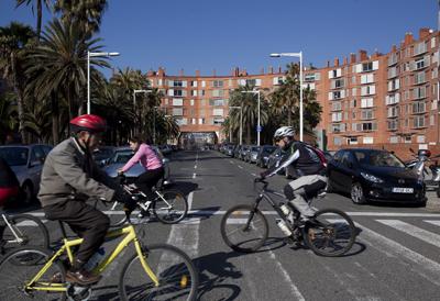 Ciclistas pasando por un paso de peatones.- EDU BAYER