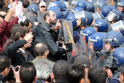 Un manifestante gesticula ante uno de los numerosos antidisturbios que ayer impidieron la protesta. - AFP