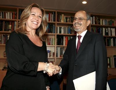 Trinidad Jiménez saluda al embajador de Marruecos en España, Ahmedu Uld Suilem.