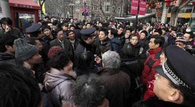 Policías uniformados y de paisano vigilaban ayer la manifestación en el centro de Pekín.