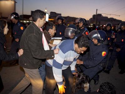 Las Fuerzas de Seguridad cargan contra una manifestación, ayer en Rabat.z. garcía / efe