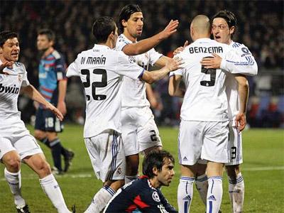 Los jugadores del Madrid se abrazan a Benzema para celebrar el gol blanco. - REUTERS
