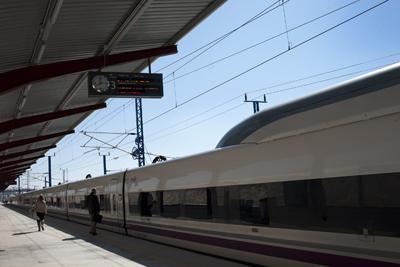 Un reducido número de pasajeros se dispone a subir al AVE en Puente Genil el pasado miércoles. - LAURA LEÓN