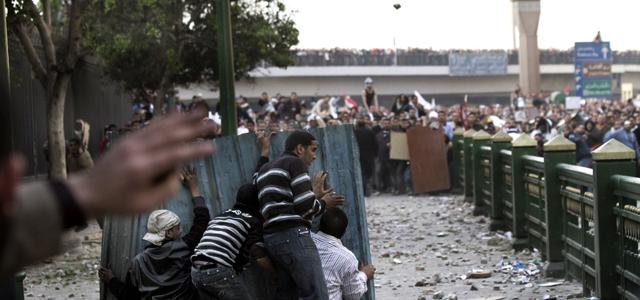 Manifestantes contra Mubarak y seguidores del presidente protagonizan una aut�ntica batalla campal ayer en la plaza Tahrir en El Cairo.MARCO LONGARI / afp