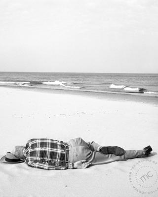 Vivian Maier opta por el instante íntimo con el que acercarse a sus personajes y definirlos en un disparo.
