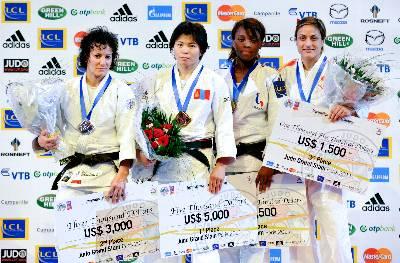 Fotografía facilitada por la Real Federación Española de Judo en la que aparece la judoka Ana Carrascosa (d), que ha conseguido la medalla de bronce en la categoría de -52 kilos del Torneo de París de judo, posando en el podio junto a la mongol Bundmaa Munkhbaatar (2i), primera clasificada, y la argelina Soraya Haddad (i), medalla de plata.