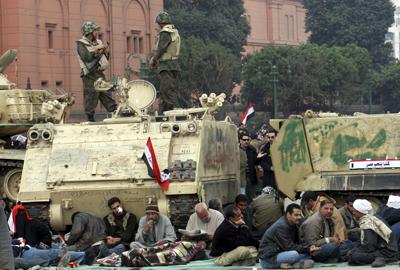 Manifestantes egipcios anti-Mubarak bloquean el paso de los tanques en la plaza Tahrir de El Cairo. - EFE
