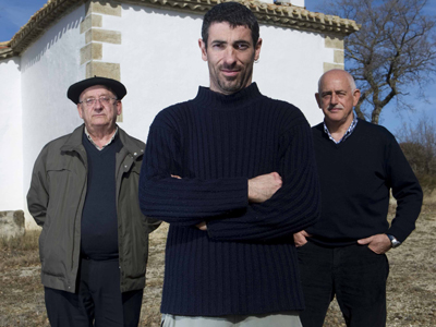 Álvaro Calderón, Xabier Iltzarbe y Jerónimo Álvarez, frente a la ermita.humberto bilbao