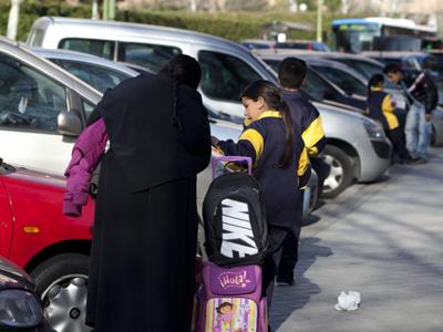 Un grupo de niños de etnia gitana a la salida del colegio, ayer por la tarde en Madrid.reyes sedano